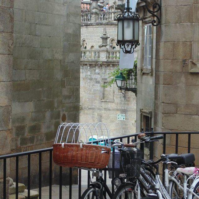 Esto es lo que te da Santiago de Compostela, rincones con encanto cada dos pasos !!😊😊 #santiago #bicicletas 🚲 #rincones #galicia #españa #galiciacalidade #europa #viajar #viaje #viajes #viajeros #travel #travellovers #travelblogger #travelgram #travels #viajero #instatravel #instaphoto #instafoto #instapic #turismo #ilovegalicia #sony #sonycamera #fotografia #viajaresvivir #viajerosporelmundo #nofilter