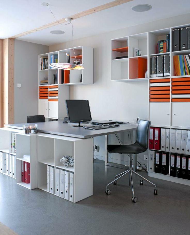 Hjemmekontoret er stilrent, og bygget opp av Montanamoduler og Arpers Catifa kontorstoler. Taklampe Titania fra Luceplan.