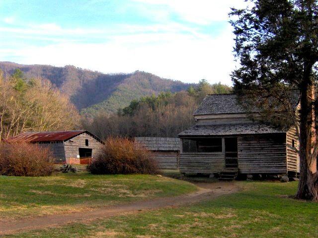 O Dan Lawson Place em Cades Cove, no leste do Tennessee, USA. A cabine foi construída por Peter Cable em 1840, e herdada por Dan Lawson (1827-1905) depois que ele se casou com a filha de Peter, Mary Jane. A herdade inclui uma cabana (ainda chamada de cabana Peter Cable), um fumeiro, um galinheiro, e um celeiro de feno. Esta é uma imagem de um lugar ou edifício que está listado no Registro Nacional de Lugares Históricos no Estados Unidos da América.  Fotografia: Brian Stansberry.