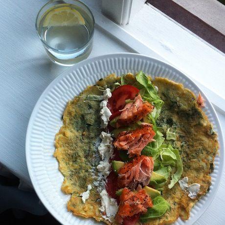 spinat-aegge-wrap-med-avocado-laks-friskost-og-spidskaal1