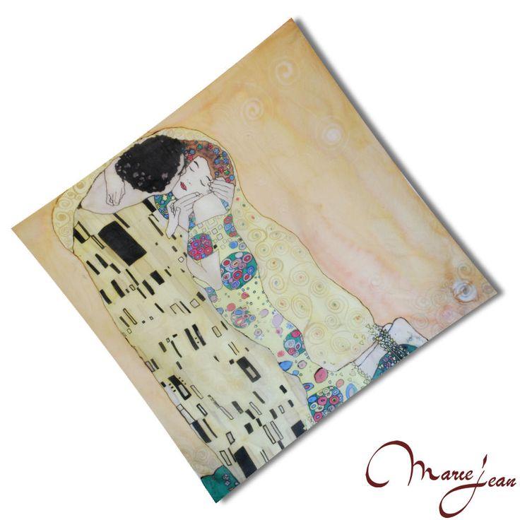 """Jedinečná hodvábna šatka """"Gustav Klimt – The kiss"""" z prírodného hodvábu, veľmi jemná na dotyk.  Hodvábna látka patrí po tisícročia k najušľachtilejším textíliám, ktorej neobyčajné vlastnosti sa vyvažovali zlatom. Tajomstvá jej výroby sa stáročia strážili a strážia. Dokonca ani prudký rozvoj výroby umelých vlákien nedokázal nahradiť jedinečné vlastnosti prírodného hodvábu"""