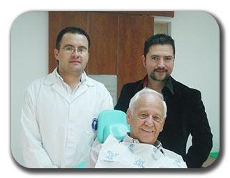 El señor Gemperline, de Estados Unidos, se hizo un tratamiento dental en nuestra clínica dental en Guatemala, Denti Vitale. Fue atendido por el Dr. Luis Grisolia, uno de los mejores dentistas en Guatemala