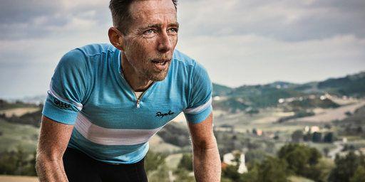 伝説的なイタリア人サイクリスト、ファウスト・コッピがそのレース人生で着続けた色にヒントを得た上質なサイクリングジャージ。良質なメリノウールを使ったこのイタリア製のジャージは、バイクに乗っているときはもちろん、日常シーンにも適しています。