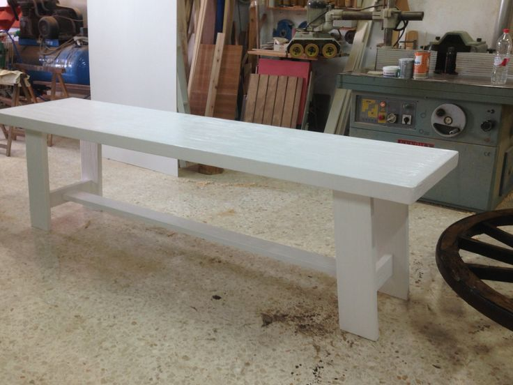 Mesa comedor de pino macizo con la veta sacado pintado en blanco.