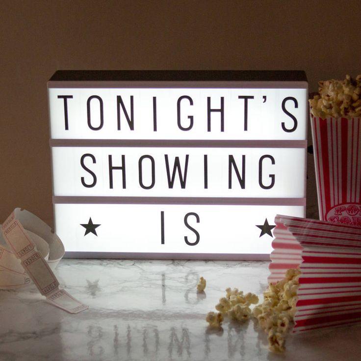 ライトボックスとは、映画館で上映中の映画のタイトルなどを表示していたアイテムのこと。ちょっとレトロな雰囲気で、お部屋に飾っても可愛いんです。