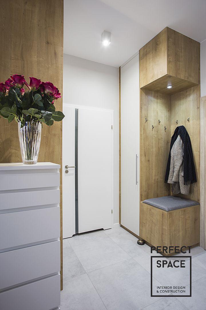 Maly Przedpokoj Z Szafa I Siedziskiem Robionym Pod Wymiar Minimalist Living Room Decor Home Entrance Decor Office Interior Design