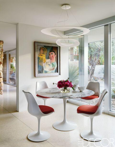 Esta sala de  Palm Springs destinada al desayuno, cuenta con una mesa Saarinen y sillas de Knoll. Las pinturas fueron pertenecen a Martin Sniper y la lámpara es de Artemide.