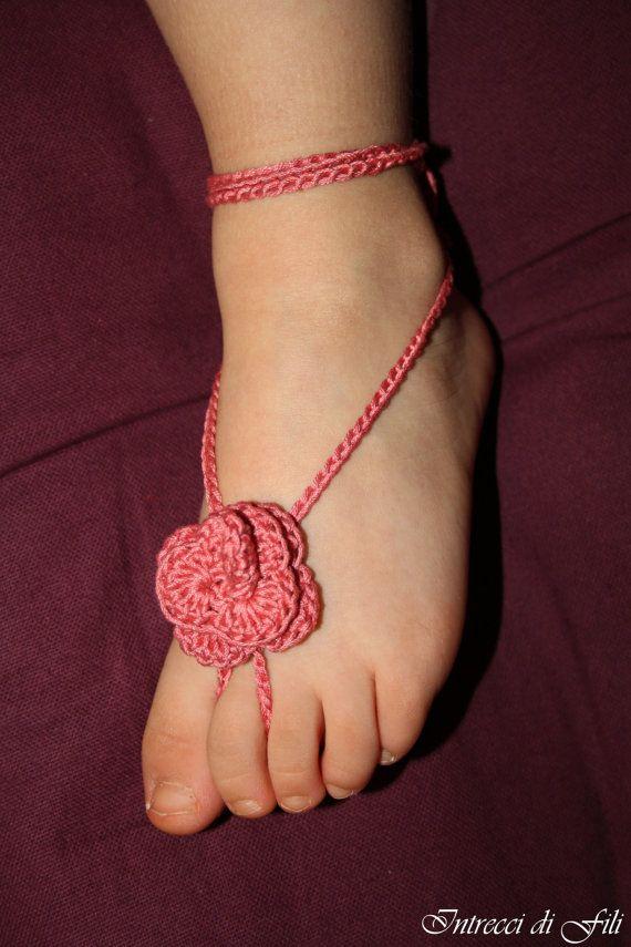 Sandali uncinetto a piedi nudi per bambini fatti di IntreccidiFili