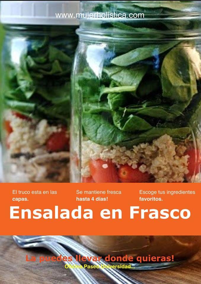 Ensalada en frasco. El secreto esta en las capas: 1era: El aderezo 2nda: Los ingredientes sustanciosos: Zanahoria, pepino, garbanzos, frijoles, rabano...  3era: Quinoa, semillas, brotes, tomates, brocoli, hongos, cebolla, fresas ... Última: Las hojas verdes, lechuga, arúgula, espinaca, kale... Lo más importante es que el aderezo este abajo, lo más lejos posible de las hojas verdes.