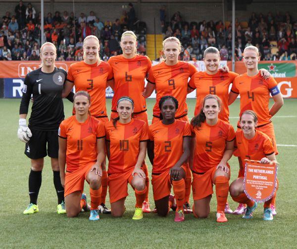 De tweede v is voetbal. Ik heb jarenlang zeer fanatiek gevoetbald met als hoogtepunt promotie naar de hoofdklasse met SC Klarenbeek. Nu volg ik het vrouwen- als het mannenvoetbal op de voet. Voor mijn plezier speel ik zelf wekelijks in de zaal bij FC Honselersdijk en ik verheug me ontzettend op het EK Vrouwenvoetbal dat dit jaar in Nederland wordt gehouden.