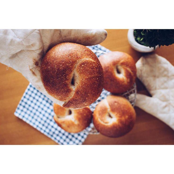 本日の#手作りパン はこちら。 . . ■#自家製酵母 の全粒粉#ベーグル . . 私好みの、むぎゅっとした感じに仕上がってくれて嬉しいのですが、やっぱり子どもはふわふわ系が好きなんだろうなー。「ごめんね、Shannon」と思っていたら、普通にモグモグ。恐れ入りました。 . 明日はpotluck形式の夕食会。さー、パンも仕込むよー!そして今はグラノーラを焼いてるよー! 夜な夜な活動する私。Shannonは気持ち良さそうに寝てます。旦那はきっとアメリカで今頃起きている頃かな。それぞれの時間を過ごす家族ってこのことかな。 . 次回はもっとツルピカベーグルが焼けますように!今日も一日お疲れさまでしたー。