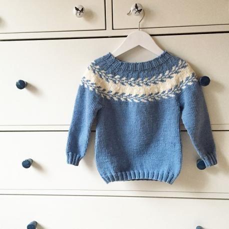 Her finner du strikkeoppskriften til Marianne Bjerkman sin Snøløvgenser (barn)