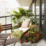bitkilerle donatılmış ferah ve sade balkon dekorasyonu