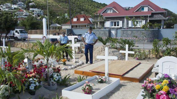Des gendarmes dans le cimetière de Lorient, sur l'île de Saint-Barthélemy, dans les Antilles françaises, à quelques heures de l'inhumation de Johnny Hallyday, lundi 11 décembre 2017. | HELENE VALENZUELA / AFP