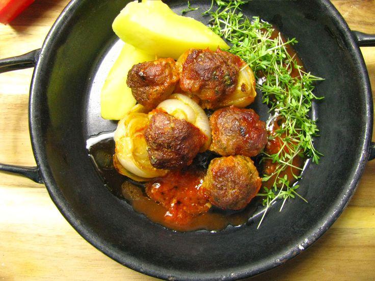 Mäsové guľky pečené v cibuľkách a omáčke geröstet Zwiebelkebab