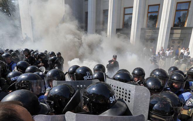 Au moins 90 personnes, dont 50 des forces de l'ordre, ont été blessés ce lundi dans les heurts devant le Parlement ukrainien à Kiev. Un membre de la Garde nationale a succombé à une blessure par balle.Le ministre de l'Intérieur Arsen Avakov a accusé les membres du parti d'extrême droite Svoboda.