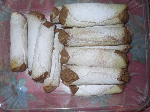 Le Cigarette.125 gr di burro, 250 gr di zucchero, 5 albumi, 1 pizzico di sale, 150 gr di farina 00 setacciata, 1 b.di z.vanigliato, 1 cucchiaio di latte.