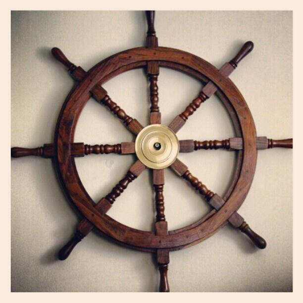Drewniane koło sterowe, symbol dowodzenia, trzymania steru władzy, żeglarski prezent, morski upominek, żeglarski wystrój wnętrz, marynistyczna dekoracja, $120