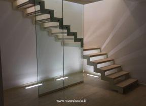scala a giorno in metallo con parete in vetro