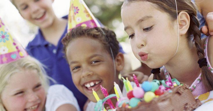 Cómo preparar una torta de cumpleaños de Jorge el Curioso. Celebrar el cumpleaños de tu hijo no sólo es divertido, también ver su cara de expectación mientras espera el pastel es una sensación maravillosa. Hacer un pastel en casa a veces puede ser complejo. Y si bien existen muchas maneras de preparar un pastel de Jorge el Curioso, este modelo en particular parece ser el más fácil.