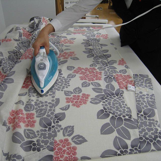 浴衣ができるまでPart15 お袖を付けて、仕上げアイロン✨ キレイにピシッと仕上げますよ!✨ #浴衣 #ゆかた #yukata #sewing #和裁 #仕立て #仕上げ #アイロン #東亜和裁 #toawasai #東亜和裁の浴衣ができるまで2016
