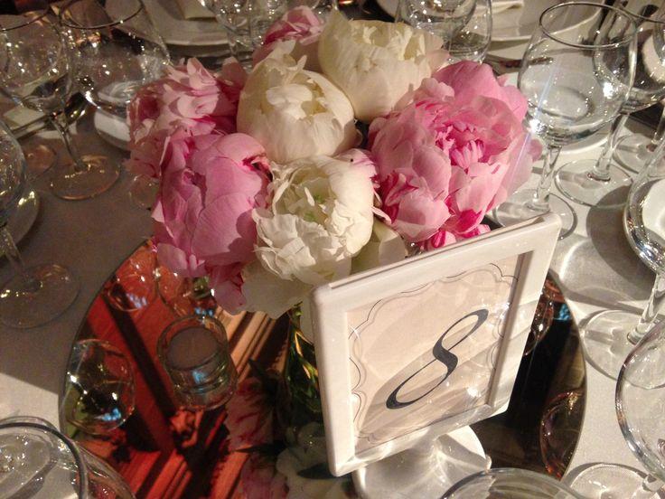Centro de mesa, peonias, espejo, velas