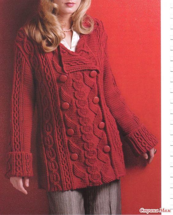 Красное  двубортное пальто с аранами. Спицы.