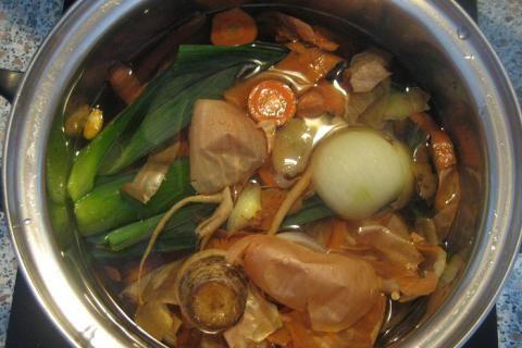 Jak na zeleninový bujón ze slupek a odřezků