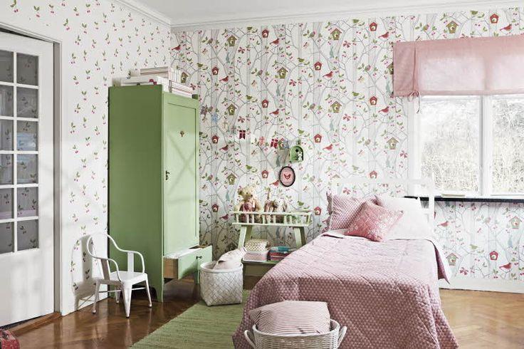 Lastenhuone herää eloon tapetteja yhdistämällä. Oviseinällä Boråstapeterin Lilleby tapetti malli 2654, ikkunaseinällä 2652. Katso myös muut värivaihtoehdot. Värisilmä, www.varisilma.fi
