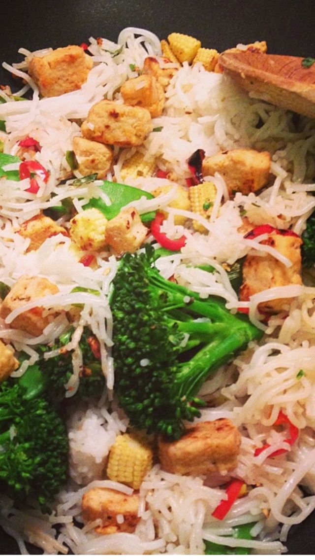 Quorn chicken stir fry with rice noodles - syn free slimming world meal :)