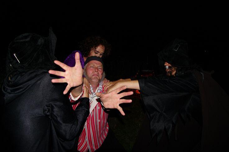 Optreden van Toneelgroep Noordoostpolder tijdens een mythische tocht over het zuidelijk deel van Schokland. De bezoekers worden vermaakt met muziek, heksenverhalen, een versnapering en fakkels en lichtjes. Dit is een activiteit tijdens Uit-jeTent Weekend