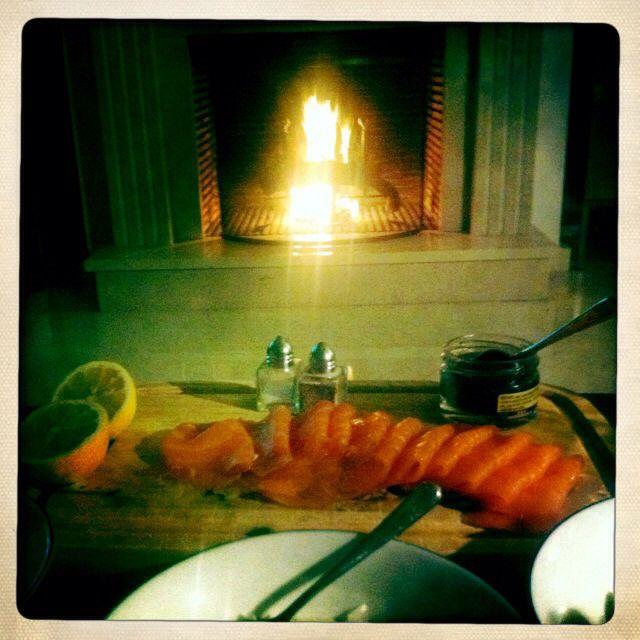 Cena con salmón ahumado, salsa de rábano picante y pan fresco. Simple y rico.