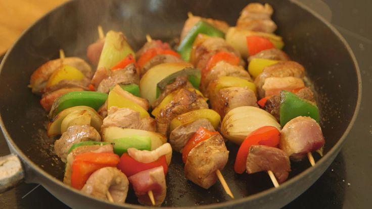 Das perfekte Schaschlik-Spieße mit Tomaten-Paprika-Sauce-Rezept mit einfacher Schritt-für-Schritt-Anleitung: Fleisch in gleich große Würfel schneiden…
