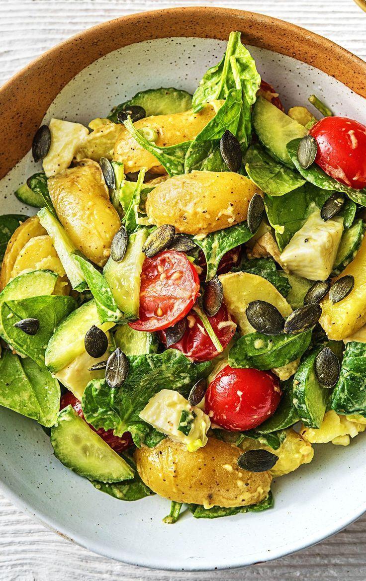Warmer Kartoffelsalat mit Babyspinat Kirschtomaten, Mozzarella und Kürbiskernen