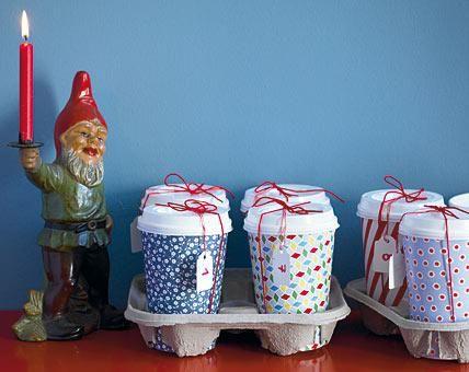 Stilvolle Zweitverwertung: Die ehemaligen Coffee-to-go-Becher beherbergen nun 24 Überraschungen.Als erstes die Becher mit weihnachtlichem Geschenkpapier...