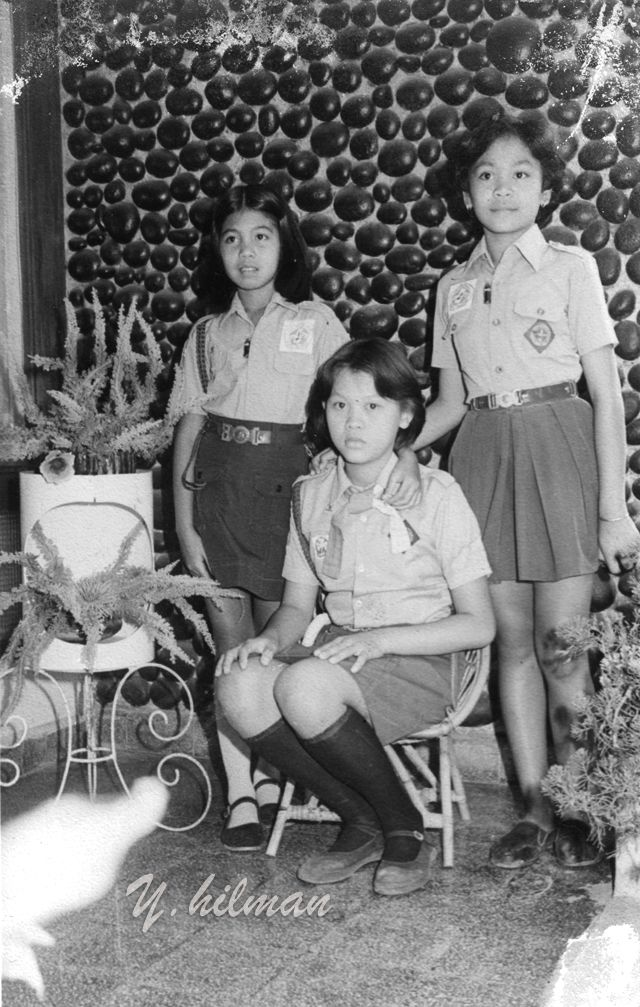 Potret tiga anak pramuka di studio photo Jl. Caladi Bandung. 1970an.