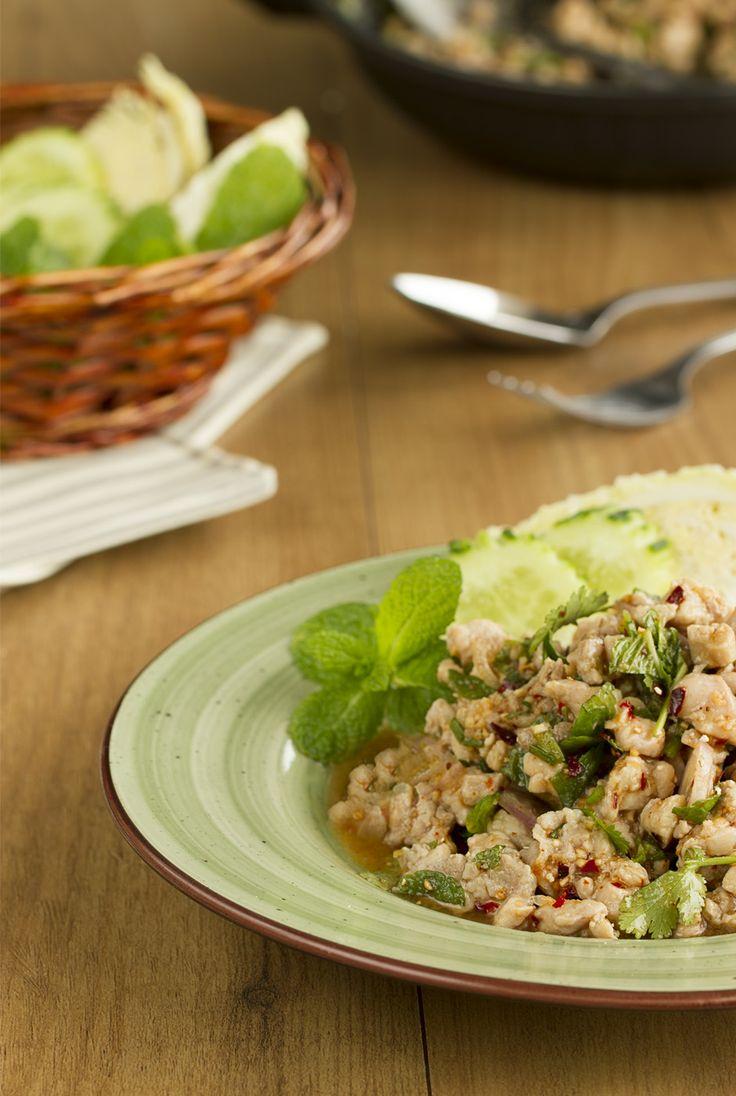 """Ensalada de pollo estilo Thai o """"Laab Kai"""" (ลาบไก่), una de las recetas más típicas del Nordeste de Tailandia, e trata de un plato muy exótico y con muchos matices que se come muy a menudo y casi siempre  acompañado de arroz glutinoso (en inglés sticky rice) o """"Khao Niaw""""."""