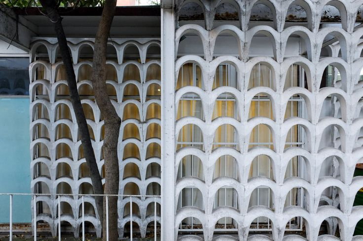 Detalle de la fachada, Seguro Social Clinica en Villa Olimpica, av. Insurgentes Sur, Tlalpan, Ciudad de México 1968   Arqs. Enrique del Moral y José Manuel Echávarri   Foto. Moritz Bernoulli -   Detail of the facade, Social Security Clinic, Olympic Village, Tlalpan, Mexico City 1968