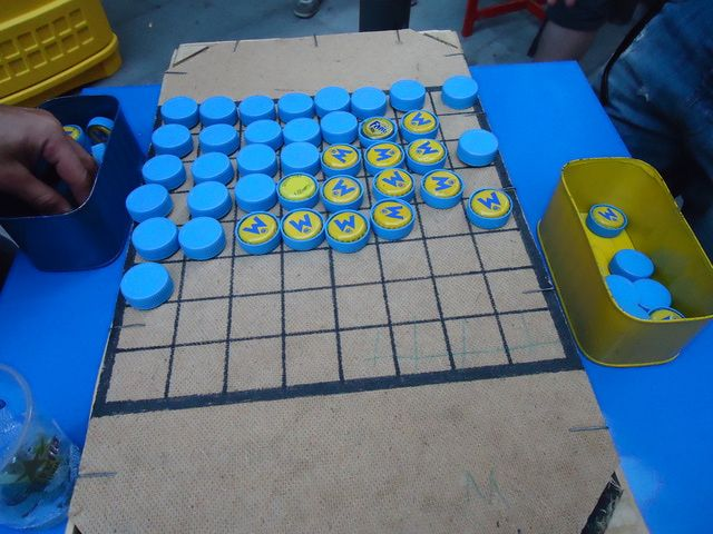 Otros 7 juegos de mesa con materiales reciclados: Othello o Reversi