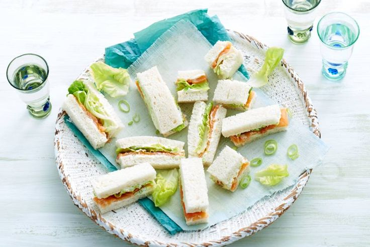 Perfect voor een zonnige picknick: repen witbrood met sla, zalm en roomkaas - Recept - Allerhande