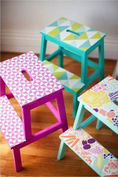 DIY: Colorful Patterned Stool: A bit of wallpaper and some paint will have this plain Ikea stool looking gorgeous, fun and colorful | Taburete de cocina colorido y estampado: Un poco de papel tapiz y un poco de pintura le da a este taburete de Ikea esa apariencia divertida y colorida.