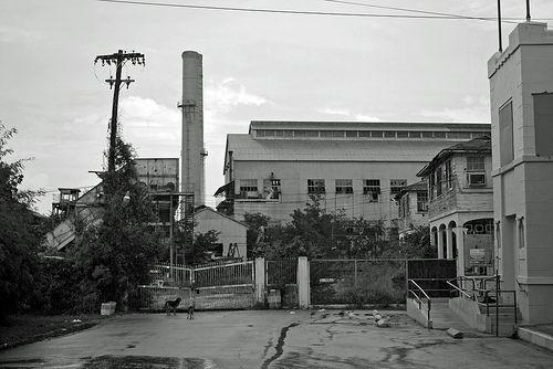 Autor: Angel Viera Vargas. Fecha: 2009. Ruins of Aguirre Sugar Mill, Salinas, Puerto Rico. Una de las últimas central azucarera en cerrar (1990) en la Isla. Lo interesante de esta central es que era completamente autónoma. Sus tierras formaban una pequeña ciudad para los trabajadores. Incluso tenían hospital y hasta hotel.