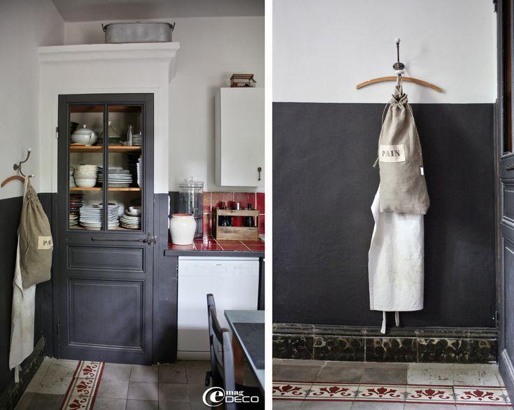 Un placard maçonné, couronné d'une corniche, habille un coin de cuisine
