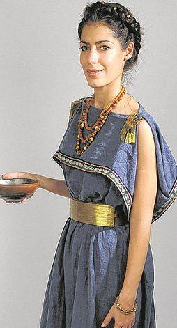Als Model im Hallstatt-Look: Gloria Lekaj, Museumspädagogin am Naturhistorischen Museum Wien.