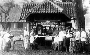 300px-COLLECTIE_TROPENMUSEUM_'Kiosk_van_'Balai_Poestaka'_te_Poerwokerto.'_TMnr_10000591.jpg (300×183)