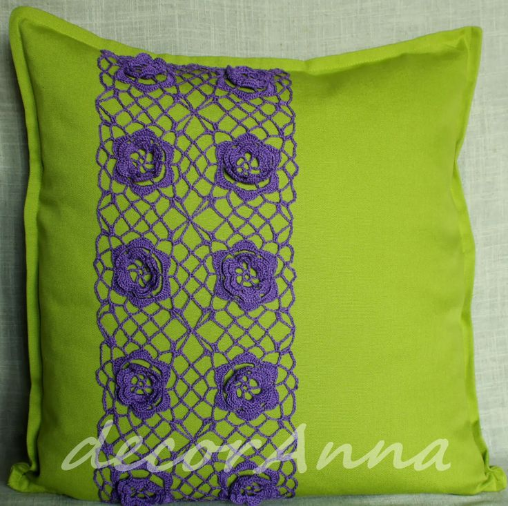 Green pillow with flower-patterned crochet lace