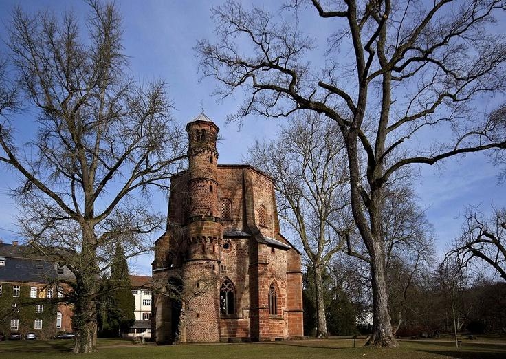 """Beinahe wäre das von Abt Lioffin 989 erbaute, ... ... früheste Zeugnis der romanischen Baukunst im Saarland, der """"Alte Turm"""" in Mettlach, 1826 abgerissen worden. Doch auf Anraten des preusischen Architekten Karl Friedrich Schinkel, ließ die Besitzerfamilie von Boch, die 1806 den gesamten Komplex der einstigen Benedektiner-Abtei aus dem 10. Jahrhundert erworben hatte, den Turm erhalten. Und so können auch wir ihn bis heute, bei jedem Wetter, bestaunen. :-)"""