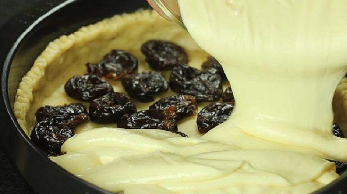 Сказочное сочетания чернослива и творога делает этот пирог умопомрачительно вкусным! Его надо попробовать!