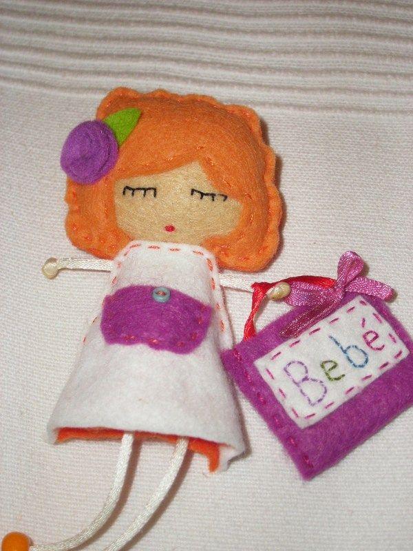 Vou lhes mostrar como fazer uma boneca em feltro e você poderá usá-lo para decorar a parede do quarto ou a porta, ou onde você preferir colocá-lo. Este artesanato em feltro é bastante simples de se…