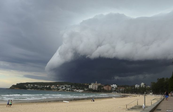 Awan yang menyerupai gelombang membayangi Manly Beach di Sydney, Australia, selama badai di siang hari. Badai itu, yang menyebabkan hujan, tertiup ke laut.